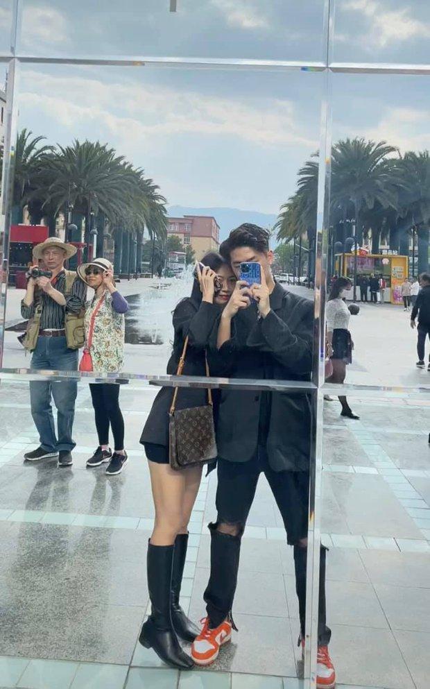 Bức ảnh hai ông bà đi du lịch và quay vlog khiến dân mạng cảm động: Chúng ta của sau này chỉ mong như vậy! - Ảnh 1.