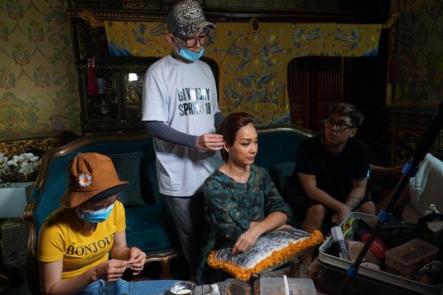 Nhìn ảnh Kaity Nguyễn và loạt sao rạng ngời nhờ phù thủy make up Minh Lộc, ekip Gái Già ngậm ngùi: Anh đi quay mệt mà còn giấu đoàn... - Ảnh 10.