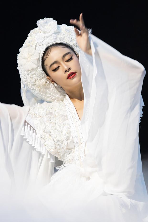 """Màn """"phù phép"""" đỉnh cao của Minh Lộc: Make up cho Nhã Phương - Đông Nhi ở đám cưới thế kỷ, giúp Lý Nhã Kỳ """"chặt chém"""" thảm đỏ Cannes - Ảnh 20."""