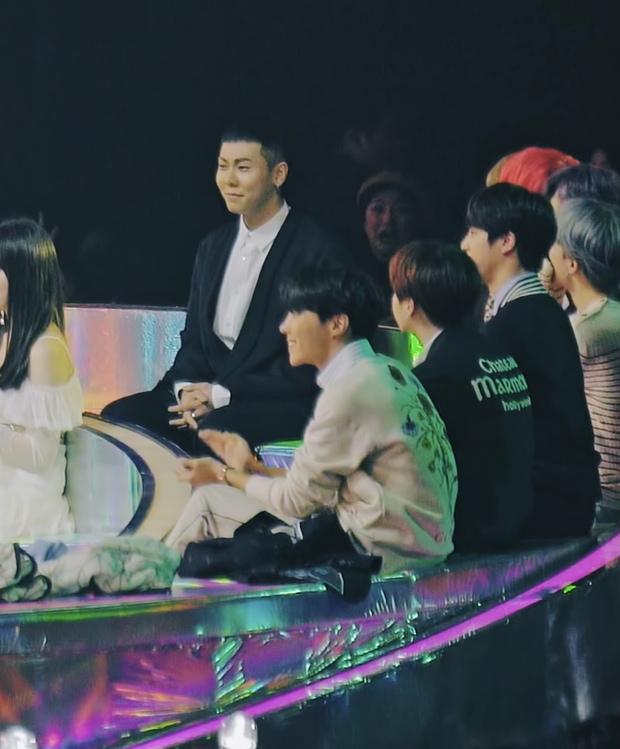 Hot trở lại khoảnh khắc j-hope (BTS) ngắm ca sĩ nhí biểu diễn, nở nụ cười người cha khiến hội chị em rung rinh - Ảnh 4.