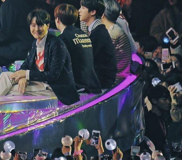 Hot trở lại khoảnh khắc j-hope (BTS) ngắm ca sĩ nhí biểu diễn, nở nụ cười người cha khiến hội chị em rung rinh - Ảnh 6.