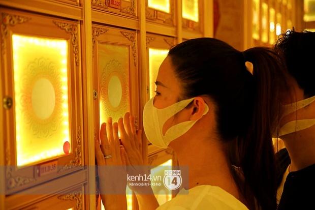 Xót xa hình ảnh Đông Nhi khóc nghẹn, Ông Cao Thắng ôm chặt vợ vỗ về khi nhìn thấy di ảnh của phù thuỷ trang điểm Minh Lộc - Ảnh 4.