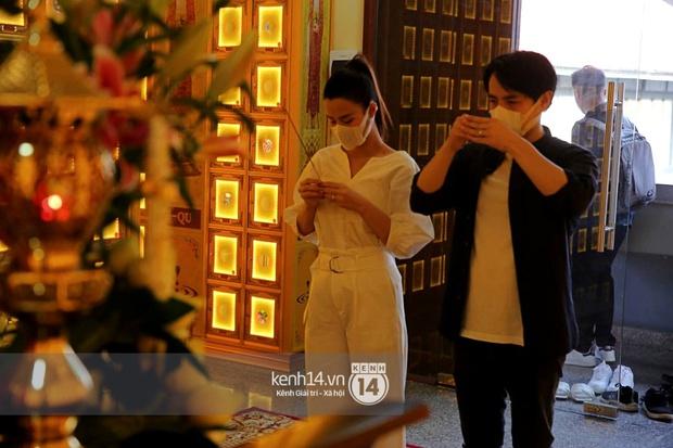 Xót xa hình ảnh Đông Nhi khóc nghẹn, Ông Cao Thắng ôm chặt vợ vỗ về khi nhìn thấy di ảnh của phù thuỷ trang điểm Minh Lộc - Ảnh 3.