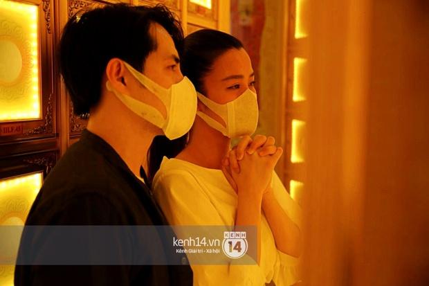 Xót xa hình ảnh Đông Nhi khóc nghẹn, Ông Cao Thắng ôm chặt vợ vỗ về khi nhìn thấy di ảnh của phù thuỷ trang điểm Minh Lộc - Ảnh 5.