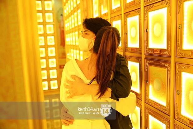 Xót xa hình ảnh Đông Nhi khóc nghẹn, Ông Cao Thắng ôm chặt vợ vỗ về khi nhìn thấy di ảnh của phù thuỷ trang điểm Minh Lộc - Ảnh 8.
