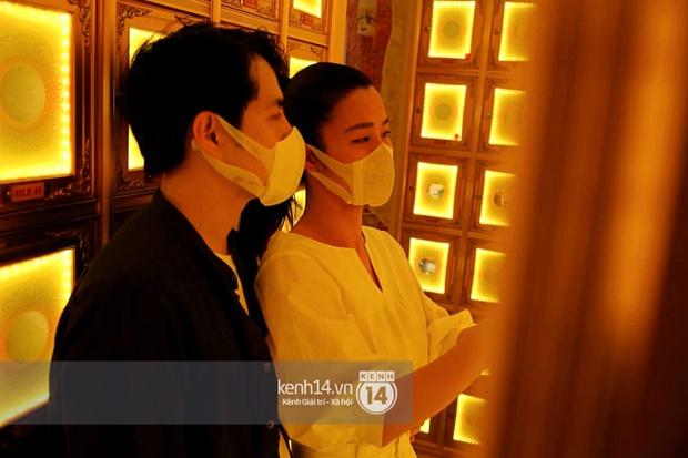 Xót xa hình ảnh Đông Nhi khóc nghẹn, Ông Cao Thắng ôm chặt vợ vỗ về khi nhìn thấy di ảnh của phù thuỷ trang điểm Minh Lộc - Ảnh 7.