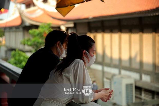 Xót xa hình ảnh Đông Nhi khóc nghẹn, Ông Cao Thắng ôm chặt vợ vỗ về khi nhìn thấy di ảnh của phù thuỷ trang điểm Minh Lộc - Ảnh 10.