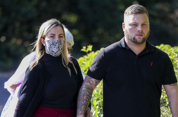 Vụ nữ giáo viên quan hệ với nam sinh nhiều lần trong xe hơi: Người chồng đưa ra tuyên bố gây choáng tại tòa án khiến cô vợ rơi nước mắt - Ảnh 1.