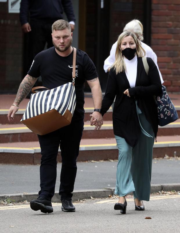 Vụ nữ giáo viên quan hệ với nam sinh nhiều lần trong xe hơi: Người chồng đưa ra tuyên bố gây choáng tại tòa án khiến cô vợ rơi nước mắt - Ảnh 2.