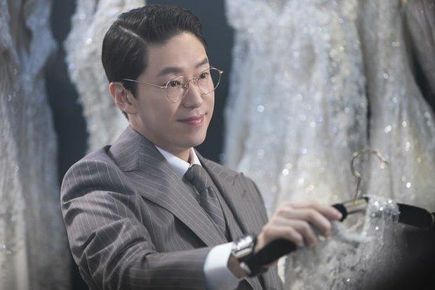 Lăn giường chán chê mới được cưới, sao biểu cảm của cô dâu Seo Jin (Penthouse 2) lại cay cú thế nhỉ? - Ảnh 1.