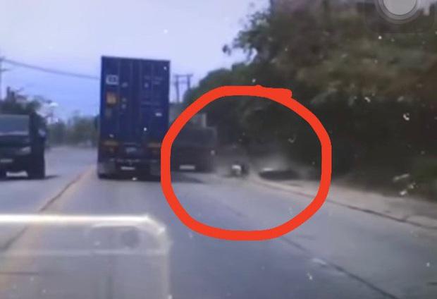 Đồng Nai: Phẫn nộ clip xe ben vượt ẩu tông 1 học sinh đi xe máy bị thương rồi bỏ chạy - Ảnh 2.