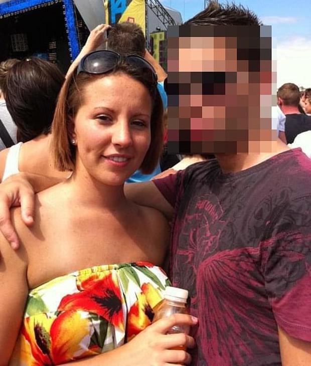 Vụ nữ giáo viên quan hệ với nam sinh nhiều lần trong xe hơi: Người chồng đưa ra tuyên bố gây choáng tại tòa án khiến cô vợ rơi nước mắt - Ảnh 3.