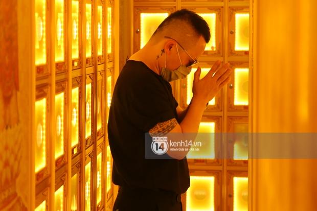 Lễ cúng thất phù thuỷ trang điểm Minh Lộc: Vợ chồng Đông Nhi khóc nấc, HH Đặng Thu Thảo, Lý Nhã Kỳ và dàn sao Vbiz suy sụp tiễn đưa - Ảnh 8.