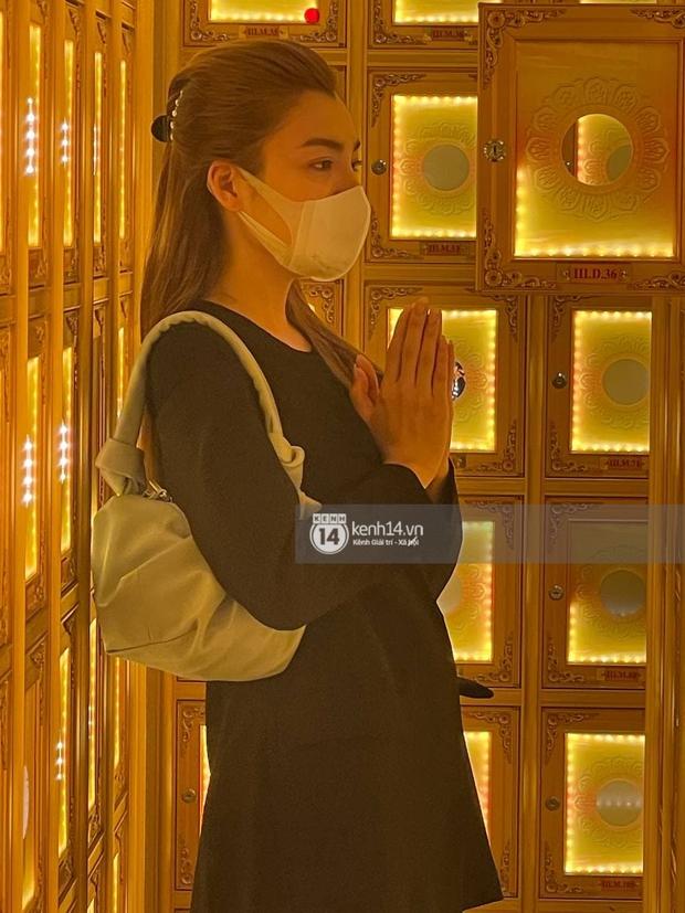 Lễ cúng thất của phù thuỷ trang điểm Minh Lộc: Lý Nhã Kỳ suy sụp đứng không vững, Vũ Thu Phương rơi nước mắt trước bàn thờ bạn thân - Ảnh 2.