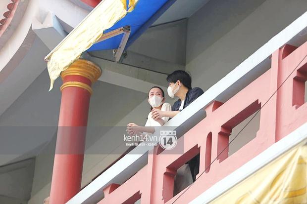 Xót xa hình ảnh Đông Nhi khóc nghẹn, Ông Cao Thắng ôm chặt vợ vỗ về khi nhìn thấy di ảnh của phù thuỷ trang điểm Minh Lộc - Ảnh 11.