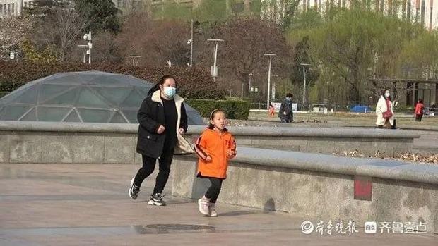 Bé gái 7 tuổi mỗi ngày cắn răng chạy bộ 10km, nguyên nhân nhói lòng phía sau khiến người ta không cầm được nước mắt - Ảnh 2.