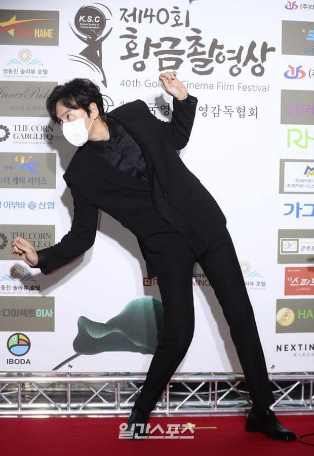 Lee Kwang Soo mang cả điệu nhảy cót két lên thảm đỏ, tấu hài thế này chỉ có thể là Hoàng tử châu Á! - Ảnh 5.