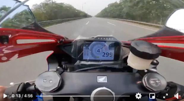 Hà Nội: Xác minh tài xế cố tình che biển số phóng 299km/h trên Đại lộ Thăng Long - Ảnh 1.