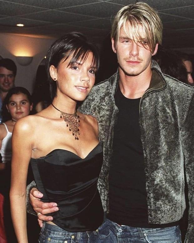 Mê mẩn bộ ảnh tay trong tay của vợ chồng David Beckham thời thập niên 90s, khớp lệnh từ visual, thần thái đến thời trang! - Ảnh 12.
