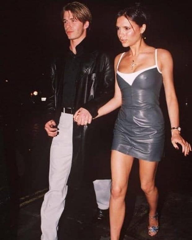 Mê mẩn bộ ảnh tay trong tay của vợ chồng David Beckham thời thập niên 90s, khớp lệnh từ visual, thần thái đến thời trang! - Ảnh 5.