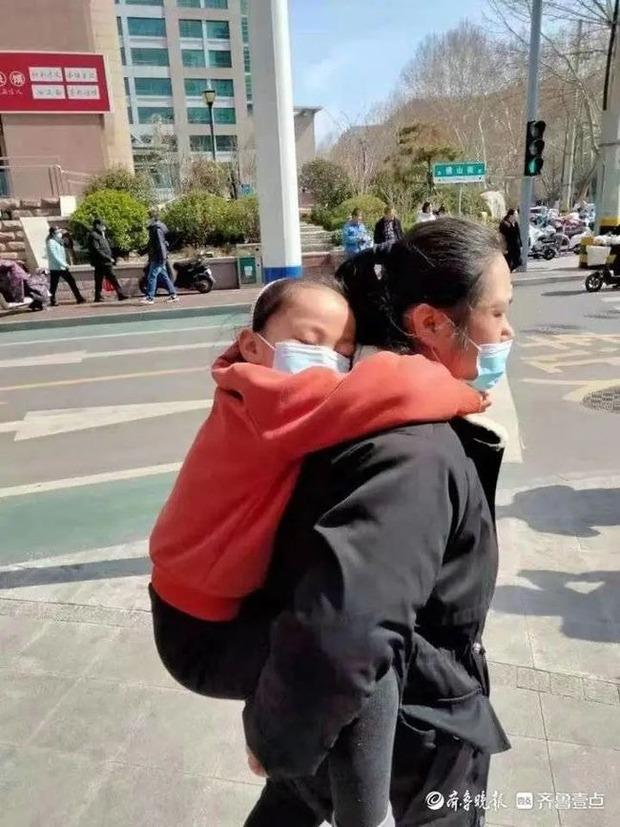 Bé gái 7 tuổi mỗi ngày cắn răng chạy bộ 10km, nguyên nhân nhói lòng phía sau khiến người ta không cầm được nước mắt - Ảnh 3.