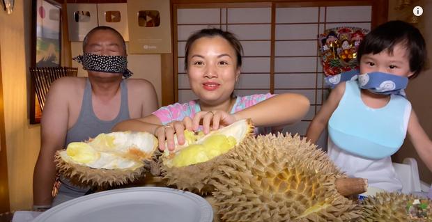 Quỳnh Trần JP ăn sầu riêng kèm với 1 món độc lạ, netizen đồng loạt đòi ói tại chỗ vì quá kinh dị! - Ảnh 1.