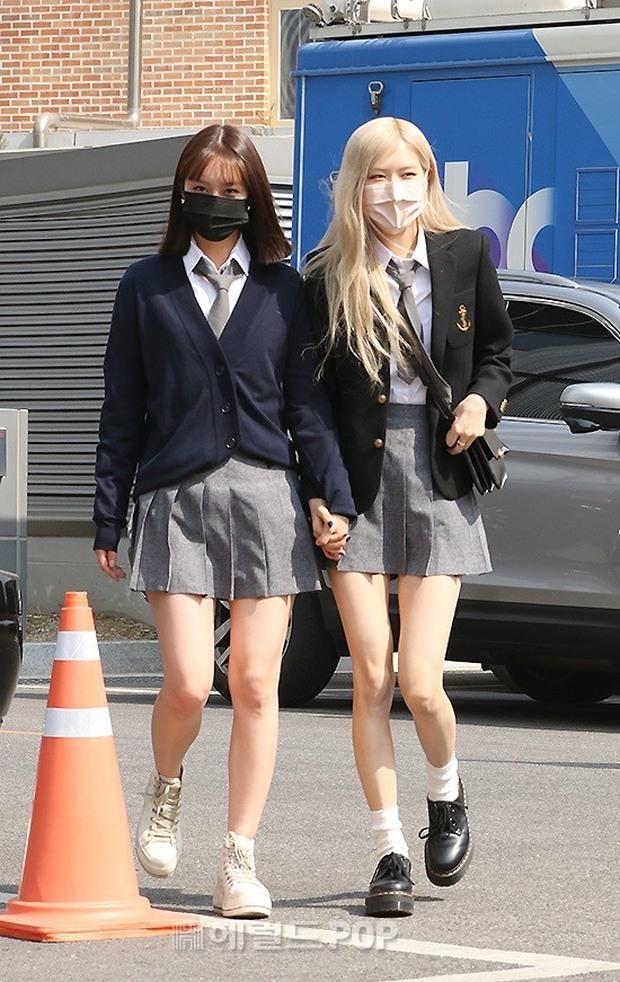 Rosé (BLACKPINK) - Hyeri gây sốt trên đường đi làm: Xinh và sang như rich kid, nhưng bị váy ngắn tố hết khuyết điểm còn đâu - Ảnh 5.