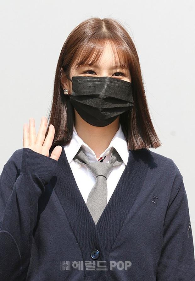 Rosé (BLACKPINK) - Hyeri gây sốt trên đường đi làm: Xinh và sang như rich kid, nhưng bị váy ngắn tố hết khuyết điểm còn đâu - Ảnh 7.