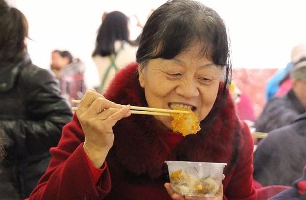 Người phụ nữ 56 tuổi qua đời trên bàn phẫu thuật cấp cứu vì ung thư cổ tử cung, bác sĩ cảnh báo nên ăn ít 2 loại thực phẩm sau - Ảnh 2.