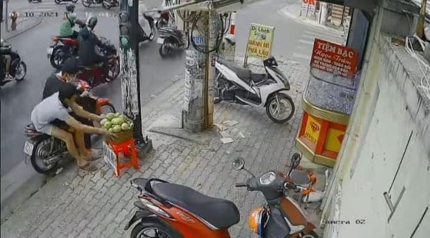 Phẫn nộ clip 3 thanh niên chôm cả rổ xoài của người bán hàng rong ở Sài Gòn rồi phóng xe mất hút - Ảnh 3.