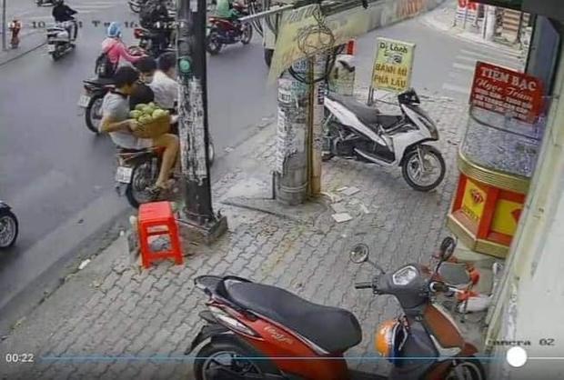 Phẫn nộ clip 3 thanh niên chôm cả rổ xoài của người bán hàng rong ở Sài Gòn rồi phóng xe mất hút - Ảnh 4.