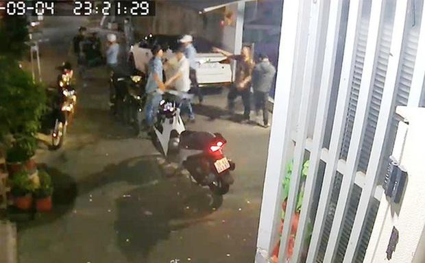 Ngăn chặn người lạ cầm dao hung hãn lao vào nhà đập phá, người đàn ông bị truy tố tội giết người - Ảnh 1.
