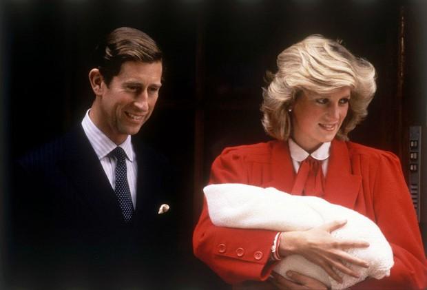 Nhìn lại loạt khoảnh khắc khó quên của Hoàng tử Harry thời còn là đứa cháu cưng của gia tộc và là niềm tự hào của Nữ hoàng Anh - Ảnh 1.