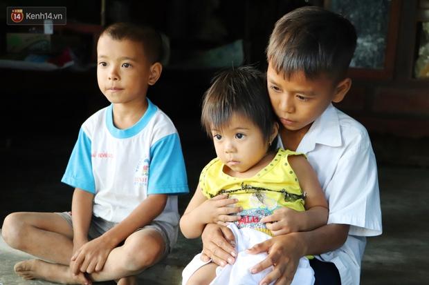 Cha bỗng hóa điên, 3 đứa trẻ đói ăn đi bắt ốc, xúc tép ngoài mương về phụ mẹ chạy lo cơm ngày 3 bữa - Ảnh 5.