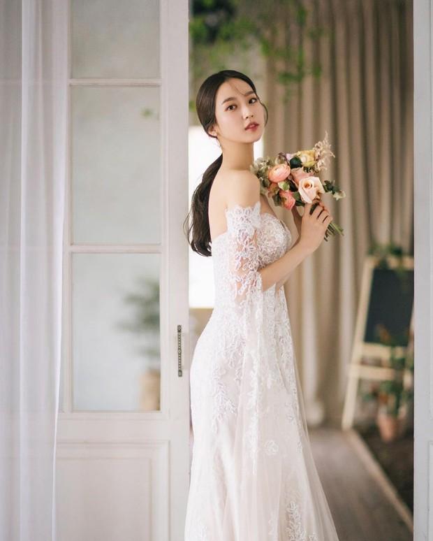 Sốc visual bộ ảnh rich kid xấc láo nhất Penthouse Han Ji Hyun hồi làm mẫu váy cưới: Xinh điên đảo, ở ngoài khác hẳn trên phim - Ảnh 2.