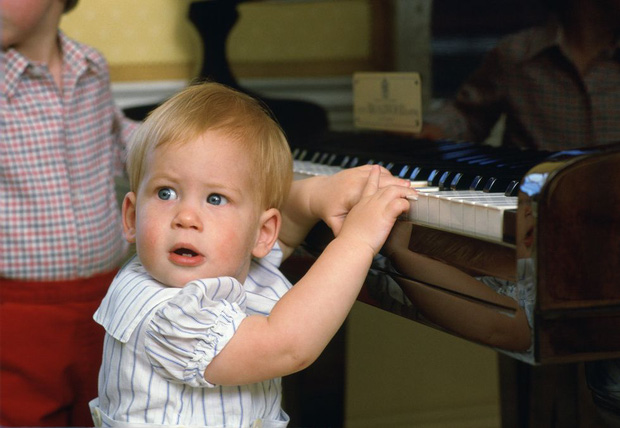 Nhìn lại loạt khoảnh khắc khó quên của Hoàng tử Harry thời còn là đứa cháu cưng của gia tộc và là niềm tự hào của Nữ hoàng Anh - Ảnh 2.