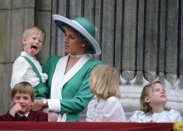 Nhìn lại loạt khoảnh khắc khó quên của Hoàng tử Harry thời còn là đứa cháu cưng của gia tộc và là niềm tự hào của Nữ hoàng Anh - Ảnh 4.