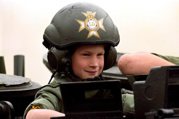 Nhìn lại loạt khoảnh khắc khó quên của Hoàng tử Harry thời còn là đứa cháu cưng của gia tộc và là niềm tự hào của Nữ hoàng Anh - Ảnh 6.