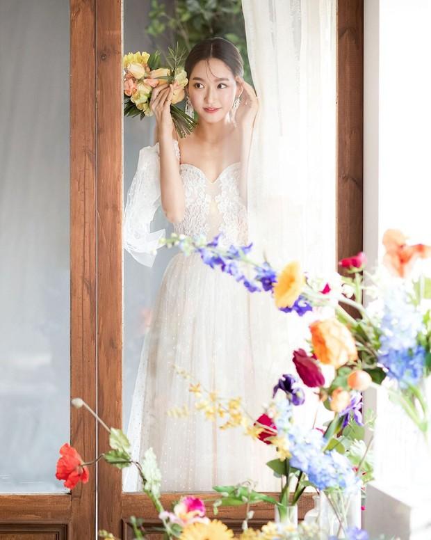 Sốc visual bộ ảnh rich kid xấc láo nhất Penthouse Han Ji Hyun hồi làm mẫu váy cưới: Xinh điên đảo, ở ngoài khác hẳn trên phim - Ảnh 8.