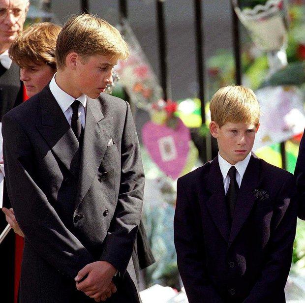 Nhìn lại loạt khoảnh khắc khó quên của Hoàng tử Harry thời còn là đứa cháu cưng của gia tộc và là niềm tự hào của Nữ hoàng Anh - Ảnh 8.