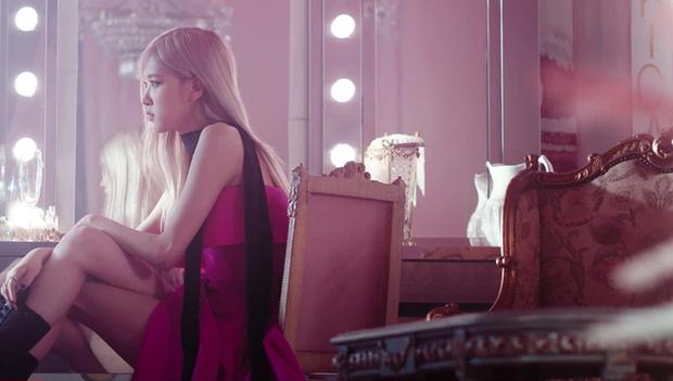Rosé chỉ mang đúng 10 bộ outfit trong MV mới, không làm lại người chị Jennie trước đó rồi! - Ảnh 3.
