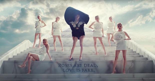 Rosé chỉ mang đúng 10 bộ outfit trong MV mới, không làm lại người chị Jennie trước đó rồi! - Ảnh 9.