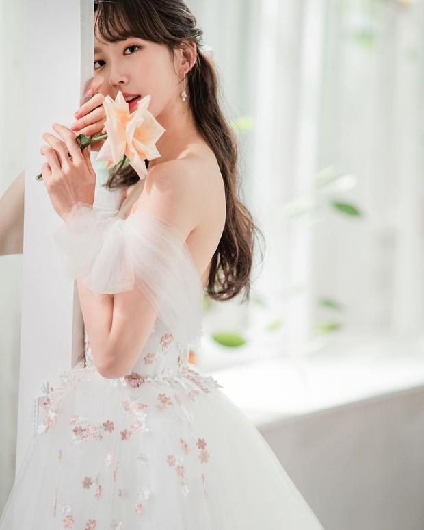 Sốc visual bộ ảnh rich kid xấc láo nhất Penthouse Han Ji Hyun hồi làm mẫu váy cưới: Xinh điên đảo, ở ngoài khác hẳn trên phim - Ảnh 4.