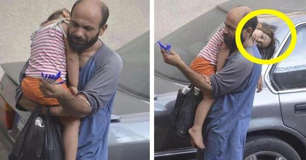 Bế con đi bán bút bi dạo, người đàn ông không biết mình bị chụp lén, bất ngờ hơn là nhờ con gái nhỏ mà đổi đời ngoạn mục - Ảnh 1.