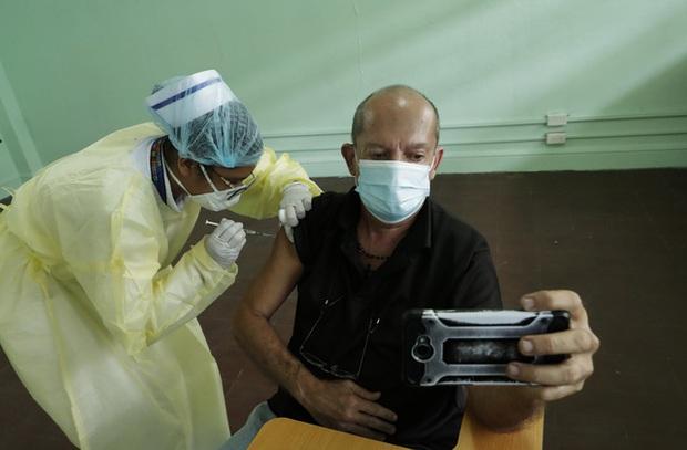 Hơn 118,9 triệu ca mắc COVID-19 trên thế giới, Campuchia ghi nhận trường hợp tử vong đầu tiên - Ảnh 2.