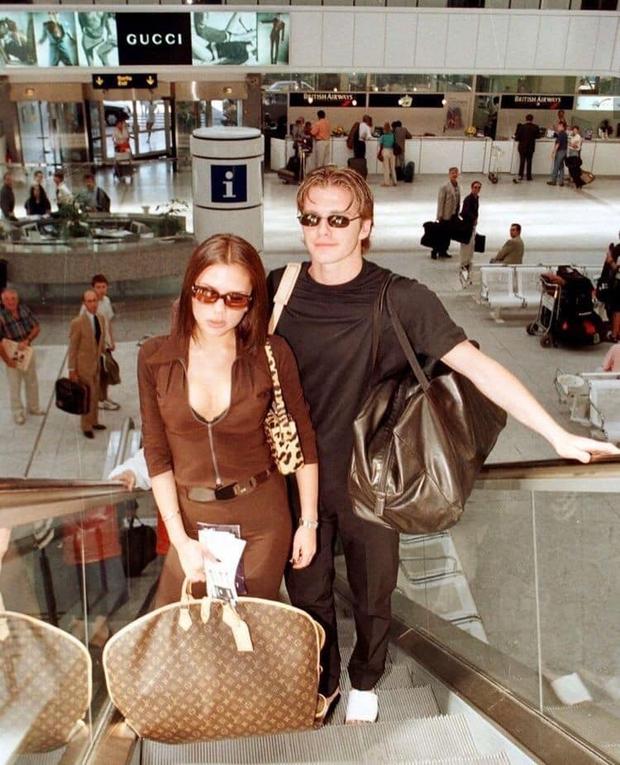 Mê mẩn bộ ảnh tay trong tay của vợ chồng David Beckham thời thập niên 90s, khớp lệnh từ visual, thần thái đến thời trang! - Ảnh 1.