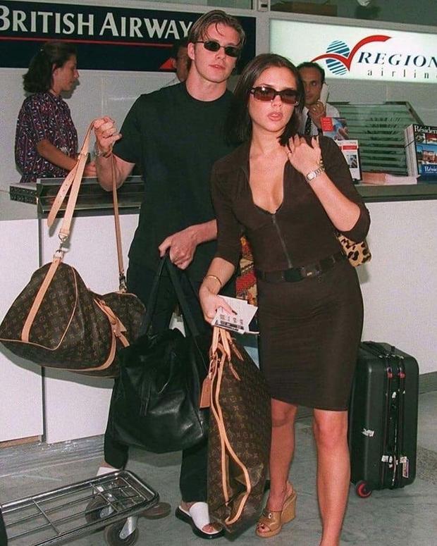 Mê mẩn bộ ảnh tay trong tay của vợ chồng David Beckham thời thập niên 90s, khớp lệnh từ visual, thần thái đến thời trang! - Ảnh 2.