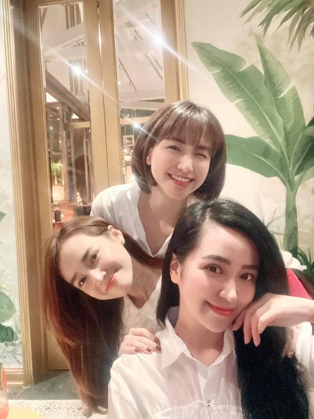 2 mẹ bỉm Vbiz đọ visual chung khung hình: Hoà Minzy gây chú ý với mái tóc mới nhưng body Nhã Phương mới chiếm spotlight - Ảnh 3.