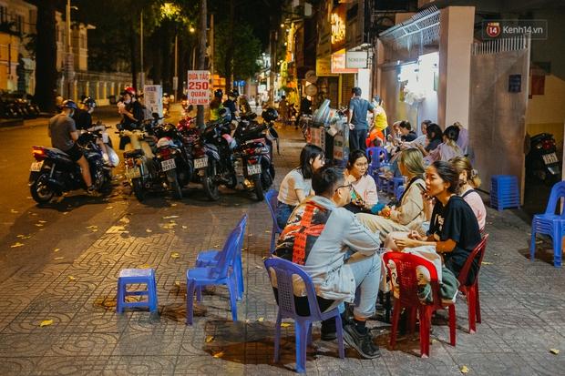 Chuyện lạ ở Sài Gòn: Khi quán xá sang chảnh cũng lép vế trước… hàng vỉa hè, nhìn 4 địa điểm dưới đây là hiểu rồi nghen! - Ảnh 16.