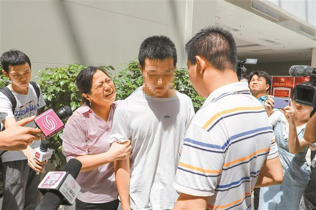 Cuốn gói chạy theo nhân tình bỏ vợ con bệnh tật ở quê, ông bố bất nhân bán cả con riêng của bồ lẫn con ruột để lấy tiền ăn chơi - Ảnh 4.